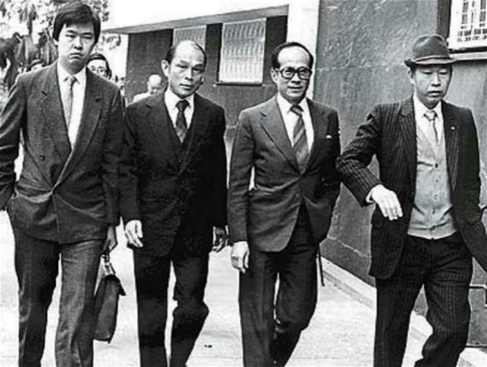 当年的霍英东(左2)。