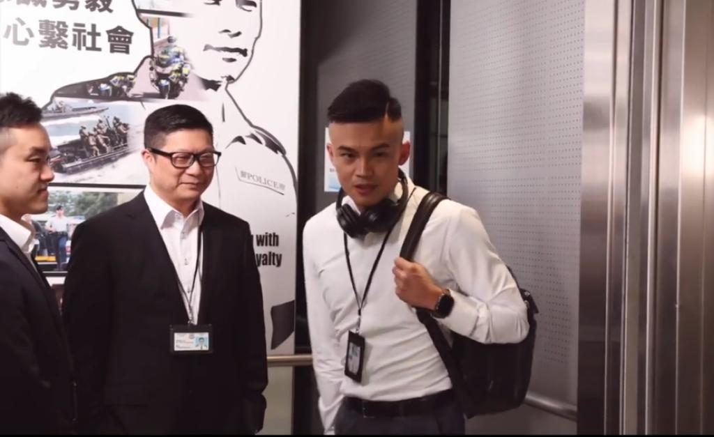 叫住警員問歌名,原來是全新主題曲《捍衛香港》。