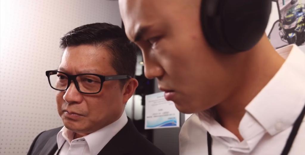 一哥聽出耳油都不知道是什麼歌,仲內心OS:「點解聽來聽去都係10秒?」