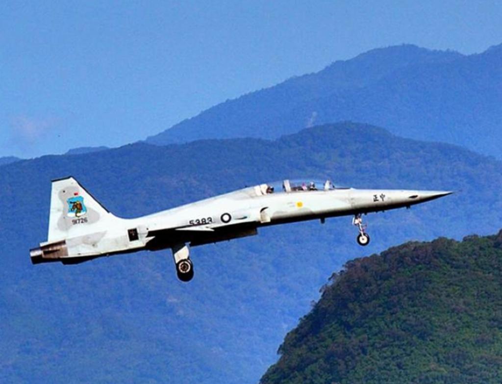 與台灣空軍失事的同型號F5E戰機。