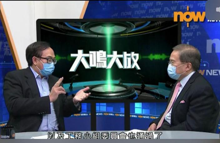 盧偉國(左)接受主持胡定旭(右)的訪問。