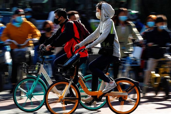 中國民眾緊戴口罩,率全球之先回復如常生活。(AP圖片)