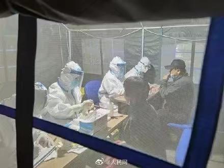 青島市民在帳蓬中檢測。