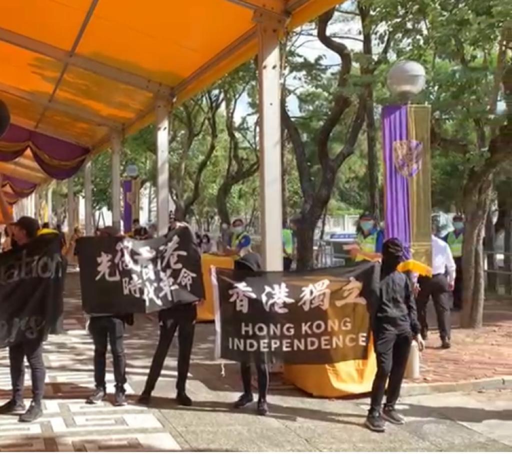 中大示威者拉橫額,又高叫「香港獨立,唯一出路」,涉嫌違反《港區國安法》。