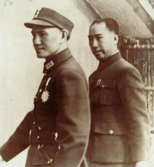 国民党特务头子戴笠(右)是蒋介石门(左)亲信,戴笠杀人如麻。