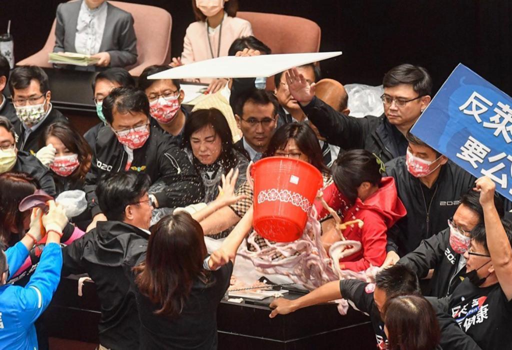 國民黨立委向台上倒豬皮與內臟。