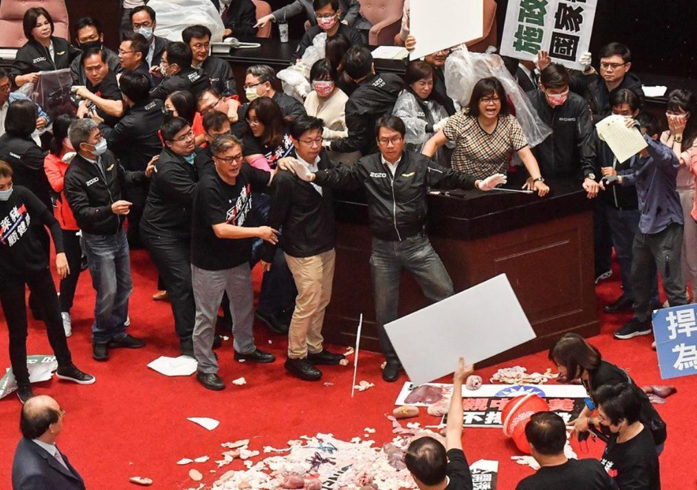 立法院內朝野爆發推擠,場面一片狼藉。