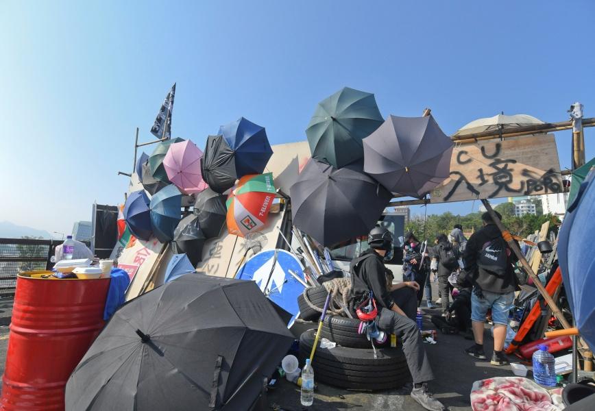 去年中大二號橋爆發示威衝突,中大校園烽煙四起。