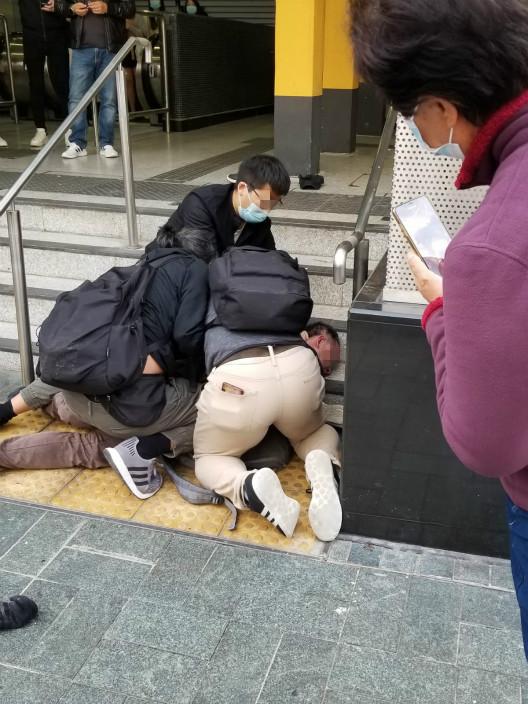 三个便衣警察㩒低一个贼人。
