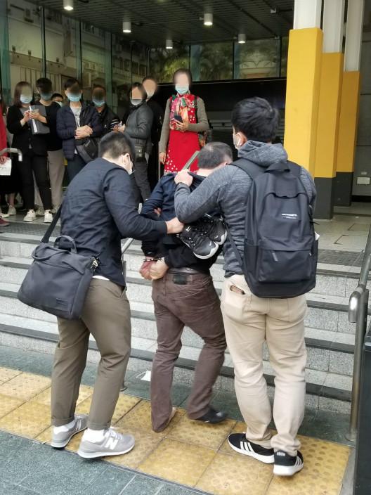 警察好辛苦抽起个男人,带他下地铁站。