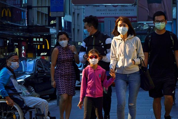 疫情继续严峻,香港人忧心忡忡。(AP图片)