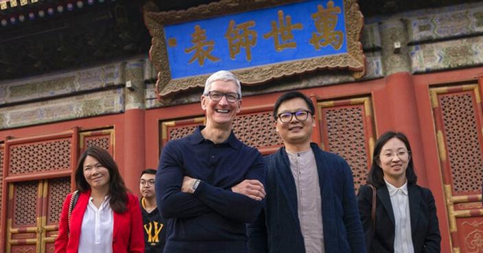 庫克去年訪華,表示堅定在中國生產iPhone,不過蘋果要造車,情況可不一樣。(資料圖片)
