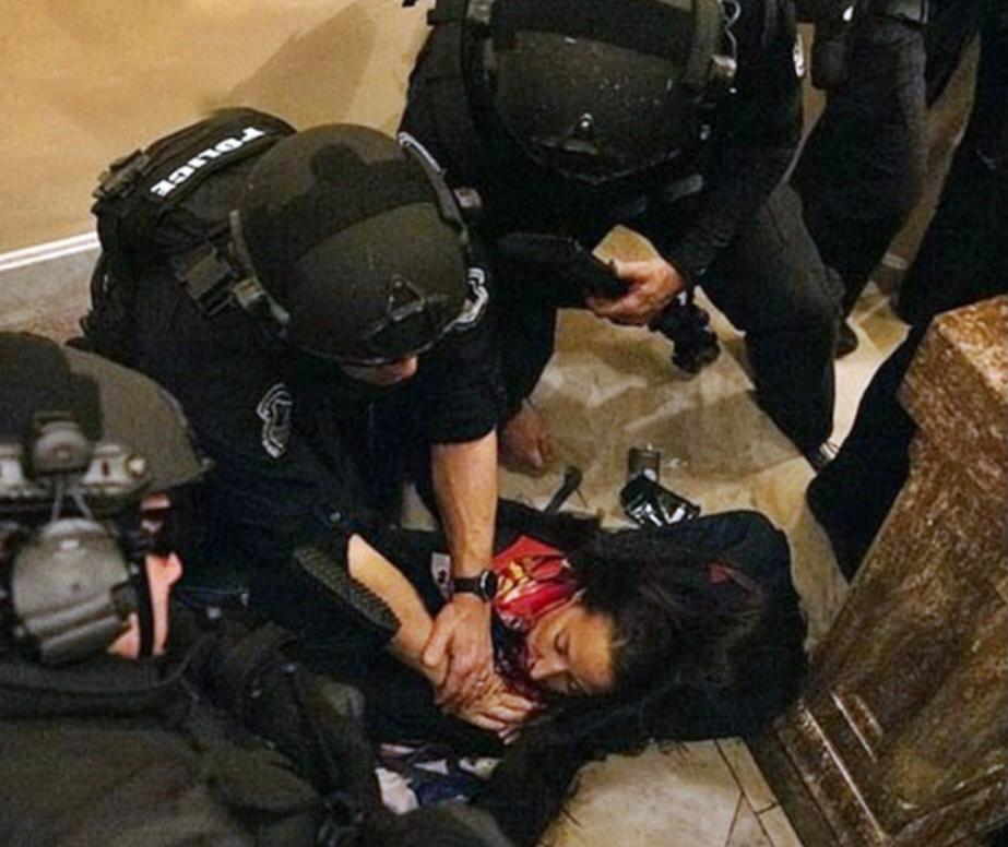 女示威者中槍後倒地。