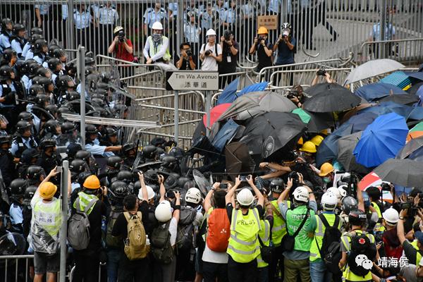 """2019年6月12日,香港金钟发发生暴力冲击事件,反对立法会原定于当天恢复二读《逃犯条例》修订草案。大批黑衣人在政总外集结,包围立法会大楼一带道路,并冲击警方防线;正式为修例风波揭开序幕,事件亦成为""""照妖镜""""把香港传媒的问题反照出来。图片:冯瀚文/香港商报"""