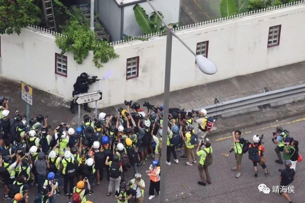 这是经典的一幕。2019年8月,观塘游行后冲突期间,有速龙小队警员在街角向激进示威者举枪,但记者的镜头只对准警察、而非暴徒,突显了香港传媒典型的偏颇问题。相片:网上