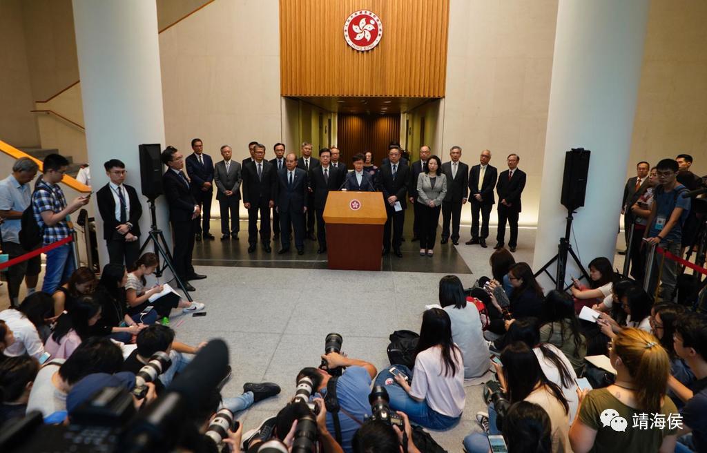 """图为2019年7月22日,林郑和众官员在记者会上被多名记者追问有关7月21日元朗袭击一事时,显得被动。靖海侯指出,面对传媒,港府首先要解决""""怕""""的问题,然后才有""""治""""的可能。图片:林宇翔/hket"""