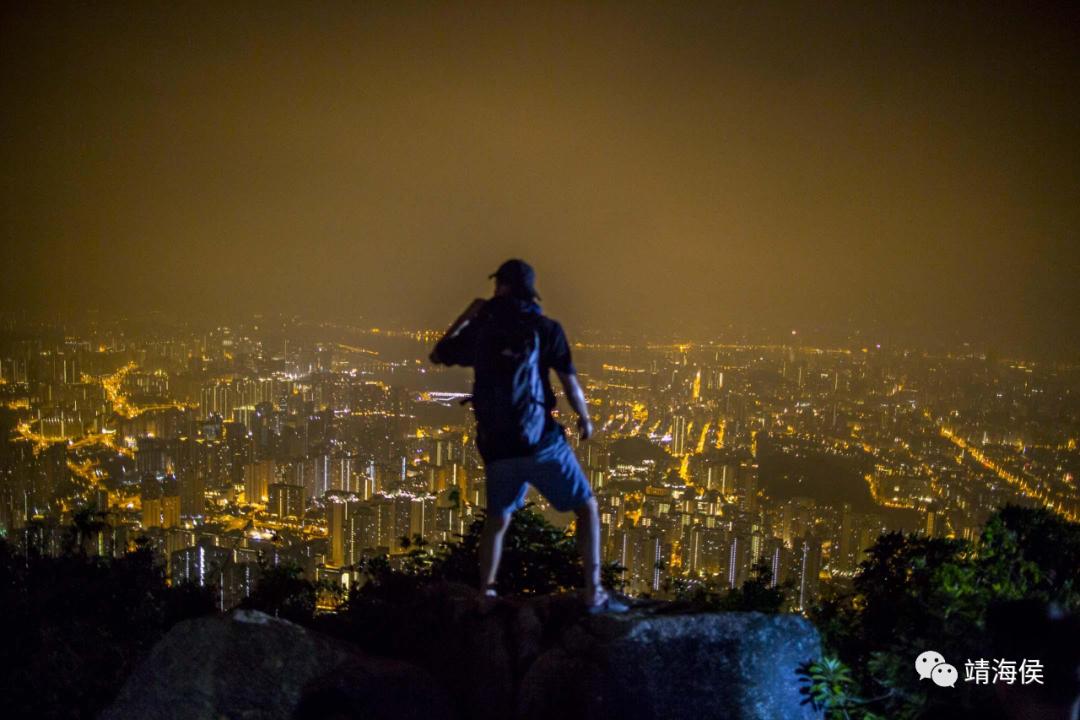 """对话到了差不多尾声时,靖海侯说:""""香港能走到今天,正是由于其稳定了很久,且有国家作为坚实的后盾。现在,一些传媒要打掉这基础,要怂恿市民抛离这后盾,这不是要香港自我毁灭吗?""""图为2019年10月13日,一名香港人站在狮子山上。图片:网上"""