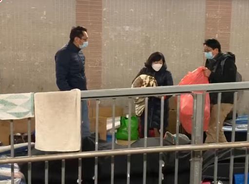 麥美娟落手落腳派物資,促政府正視露宿者問題。