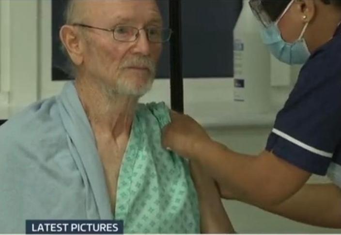 老人接種輝瑞疫苗。