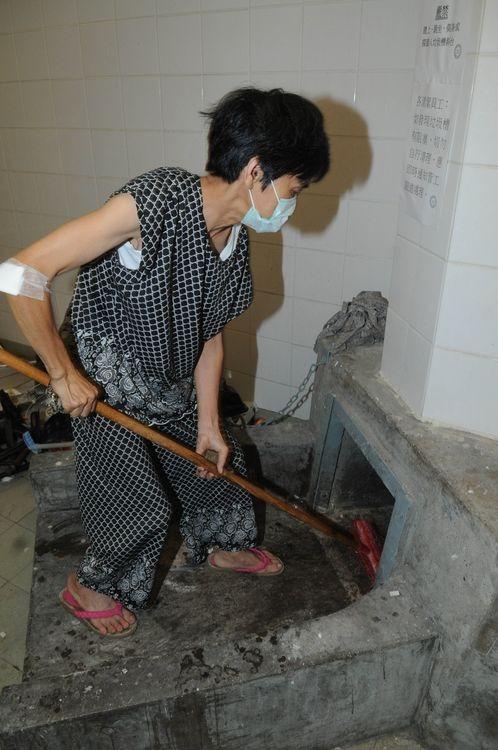 清洁工人通常在槽口处理垃圾。