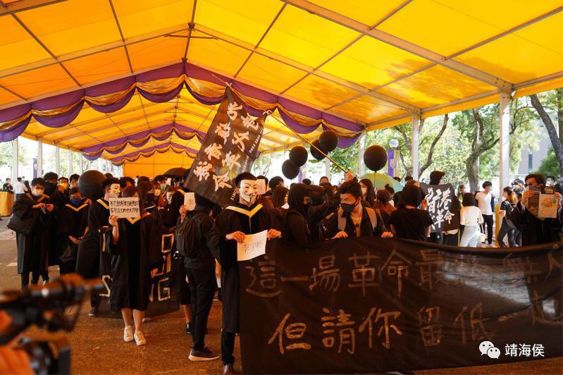 """去年11月20日,约百名中大学生趁毕业礼戴面具,在校园游行集会,期间高叫""""港独""""口号及标语。图片:Getty Images"""