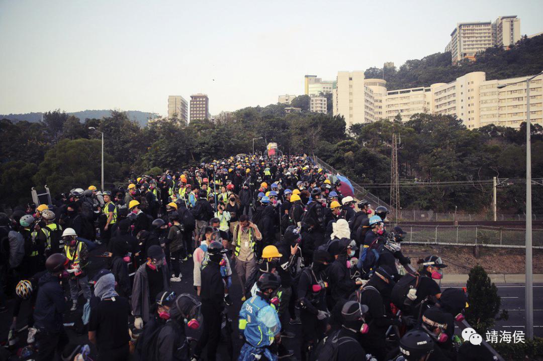 2019年11月13日,中大一夜与警方对抗后的清晨,大批学生暴徒彻夜守校至天明。图片:美联社
