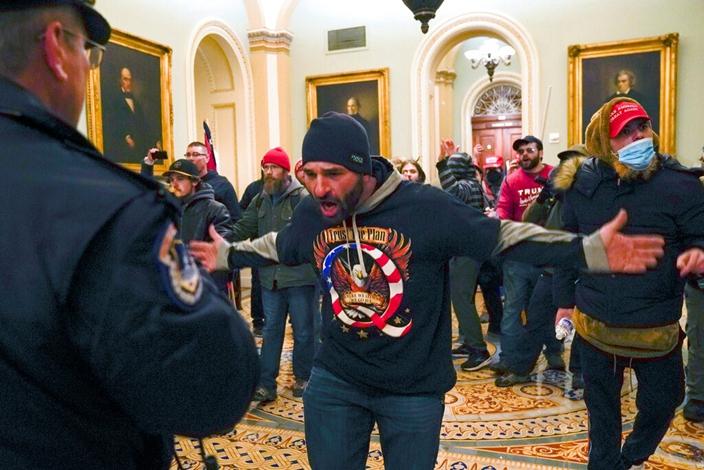 示威者突鬧出「國會風暴」。(AP圖片)
