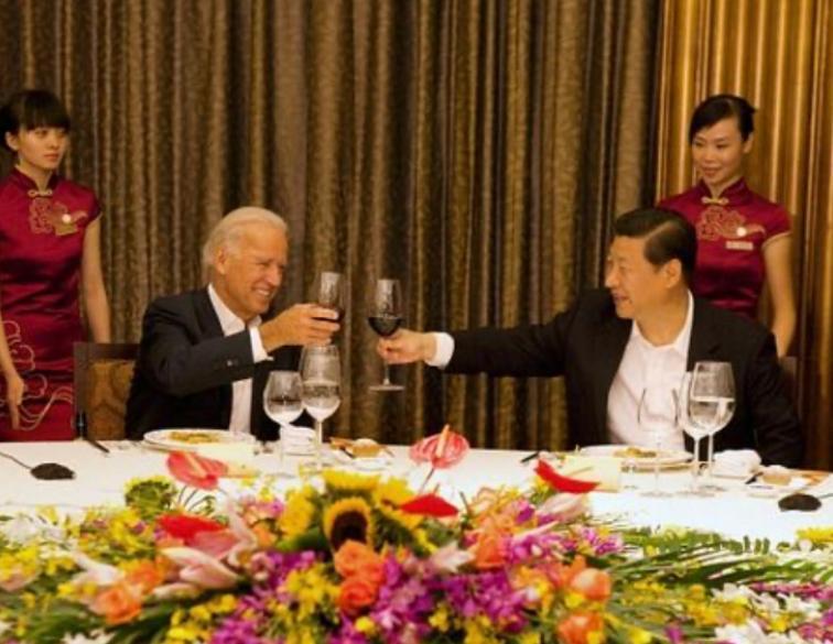 時任副總統拜登在2011年訪問中國北京時,與時任國家副主席習近平舉杯。