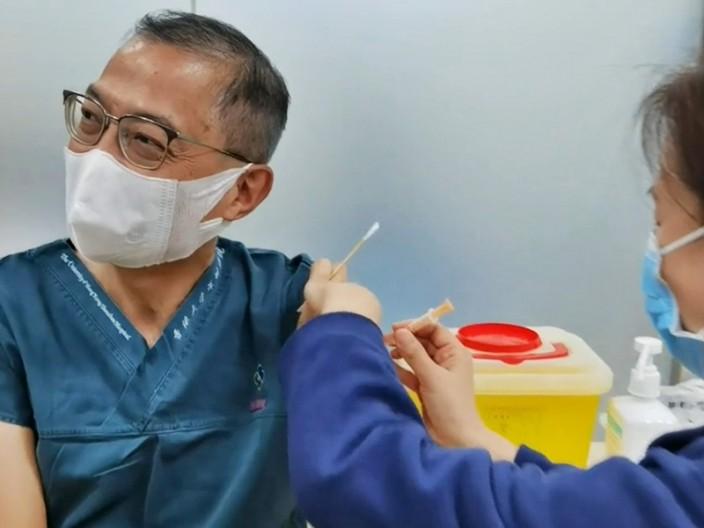 港大深圳醫院院長盧寵茂接種內地新冠肺炎疫苗,表示甚有信心。