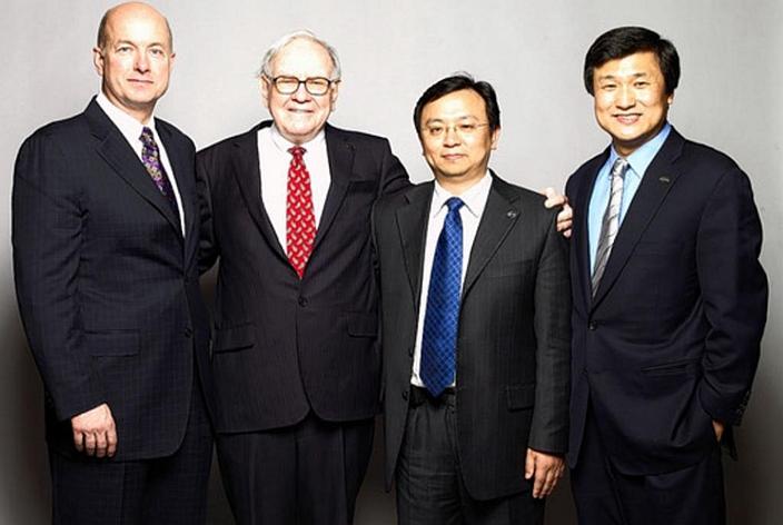 李录(右1)和股神巴菲特(左2)合照。李录帮助巴菲特在中国投资。