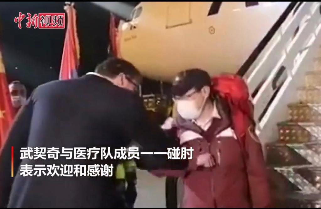 塞爾維亞總統武契奇多次到機場歡迎中國專家。