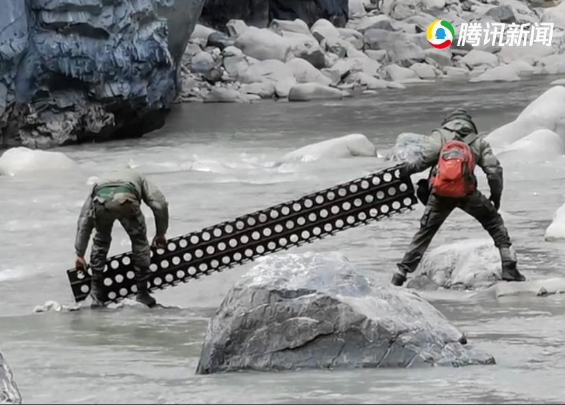 印軍在中國境內建橋。