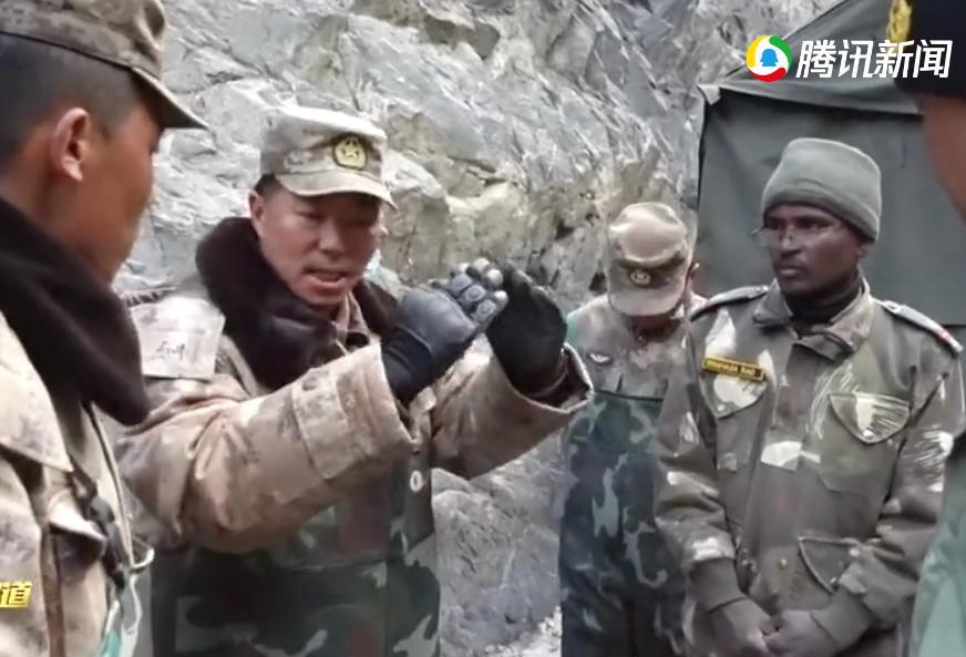 解放軍團長祁發寶(右2)僅帶幾名官兵和印軍交涉。