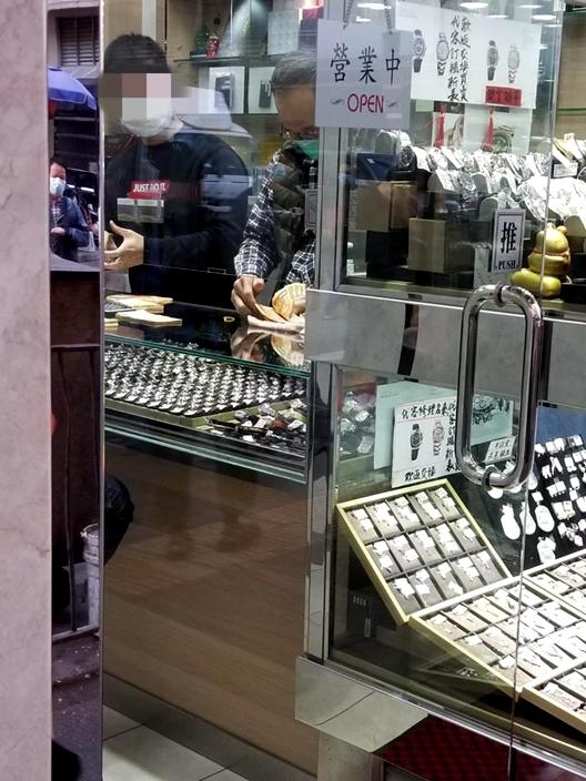 人客變賣,勞力士手錶。收錶店員,數金牛,數到手痛呀。