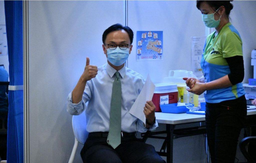 负责统筹疫苗接种计划的公务员事务局局长聂德权也打了科兴疫苗。