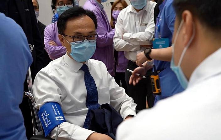 负责疫苗接种计划的公务员事务局局长聂德权事前参加了操练。