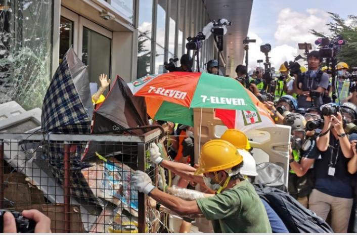 2019年7月1日民陣發起遊行,遊行隊伍行到金鐘附近的時候,有人發動群眾走去包圍立法會。