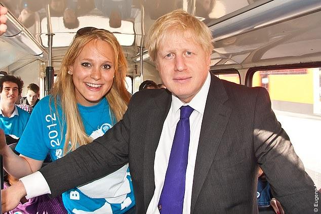 约翰逊和阿库里在竞选巴士上搭上。