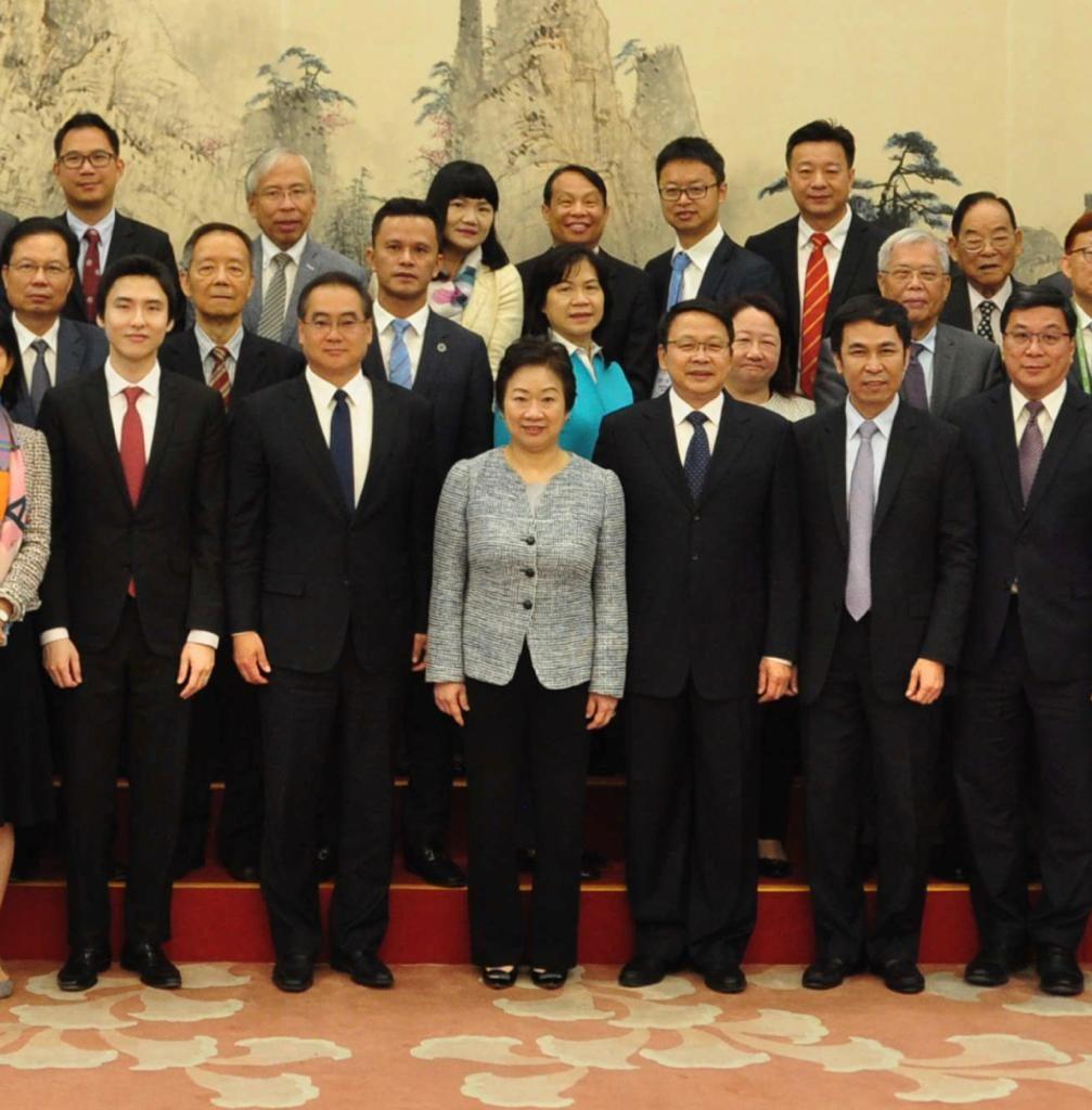 2019年4月,尹宗華(前排右3)在政協禮堂會見香港九龍各界社團領袖訪京團一行。