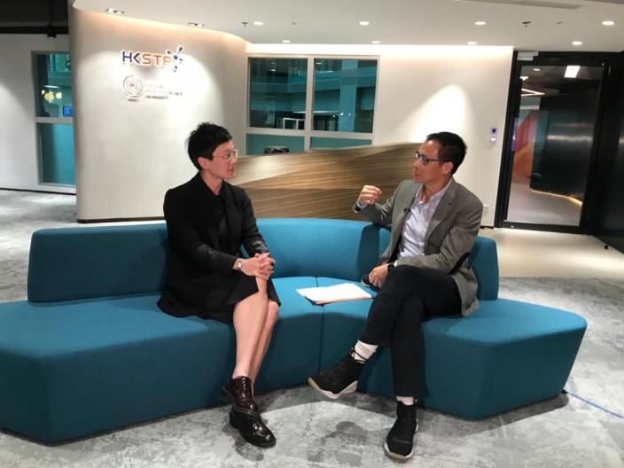 香港科技园总监(人工智能、机器人技术平台及精密工程)霍露明(左)及财经专栏作家陆羽仁(右)