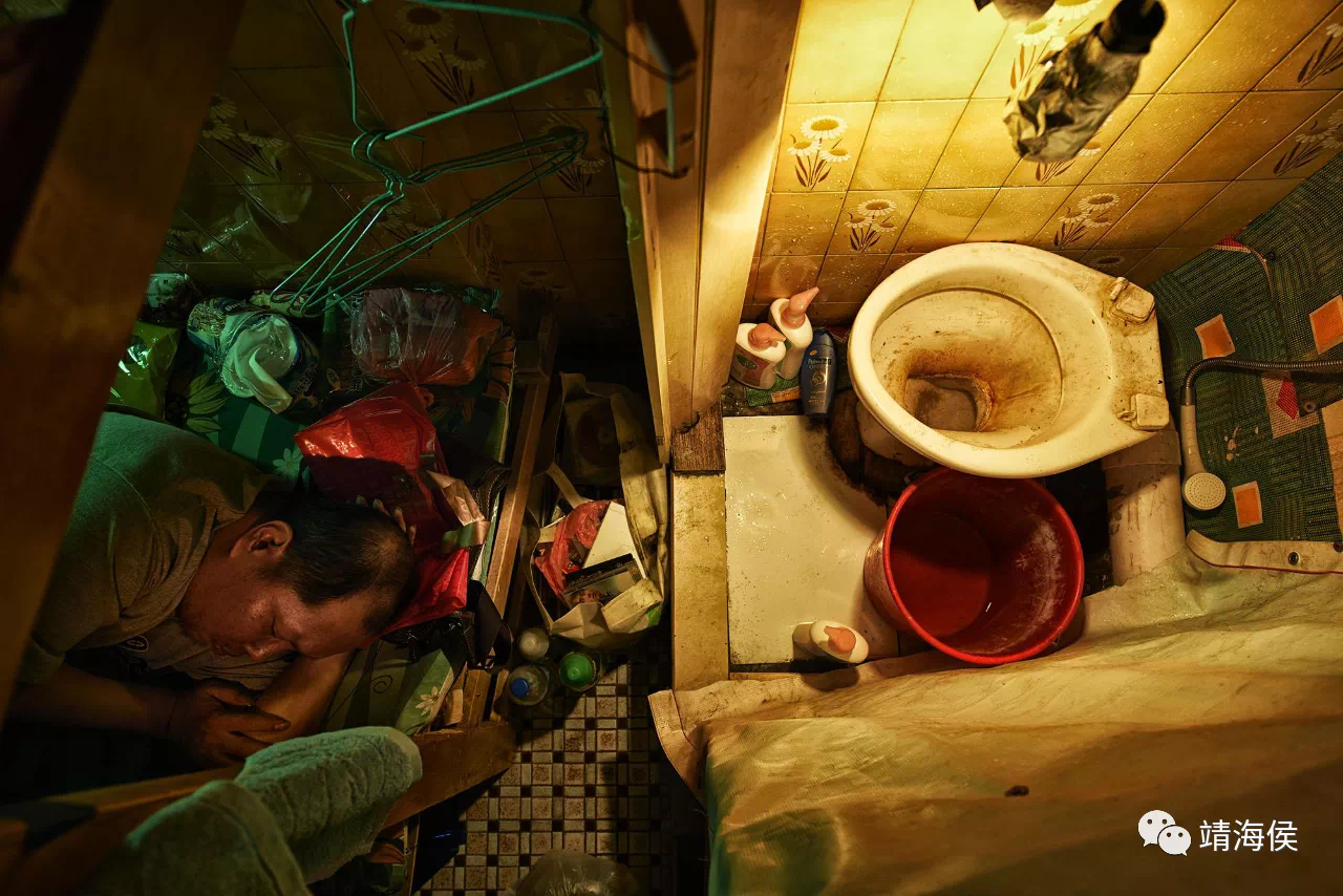 這是深水埗一間商店的閣樓,業主將這個空間分隔出十多戶,每戶配有一個廁所,當作套房出租,月租$3200港元。一睜眼,廁所就在身邊。圖片:Benny Lam/SOCO