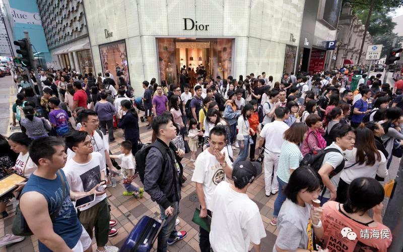 李敏妮說,現時自由行是撐住了香港經濟的,但一個地方怎能只依靠遊客而不發展其他經濟?靖海侯說:「您說的就是香港經濟「空心化」的問題。」圖片:中新社