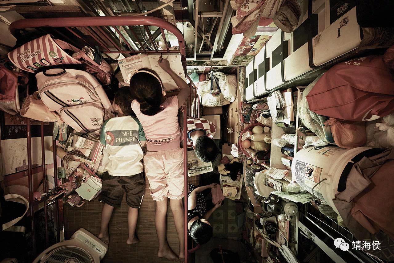 李敏妮說:「高樓價已經成為一個社會毒瘤,滋長出各種民生問題,成為香港根深蒂固的「深層次矛盾」。」對很多香港小孩來說,一張可做功課的書枱,是理所當然的傢俱,但對4萬名租住劏房的兒童而言,卻遙不可及。圖片:Benny Lam/SOCO