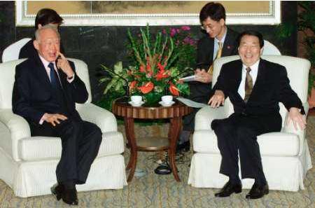 朱镕基2000年访问新加坡时会见资政李光耀。