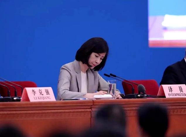 张璐连续11年担任两会后总理记者会的翻译员。