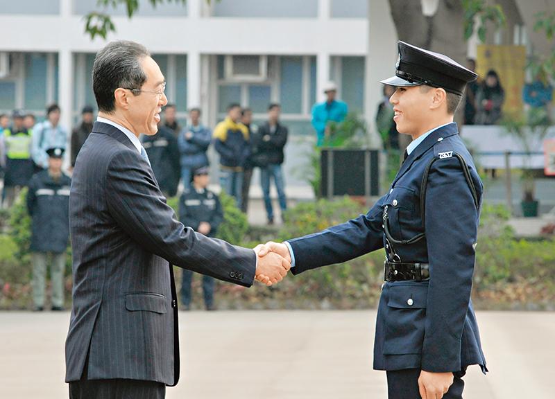 """""""芝达""""(右)完成学警基础训练课程后获颁银笛奖。"""