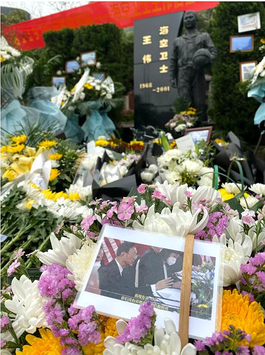王伟墓碑前的照片