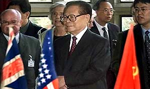 江泽民2002年访问德国时到波茨坦会址参观。