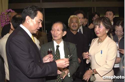 2004年王毅到日本出任大使即举办恳亲会,请大使馆附近的居民到大使馆作客。