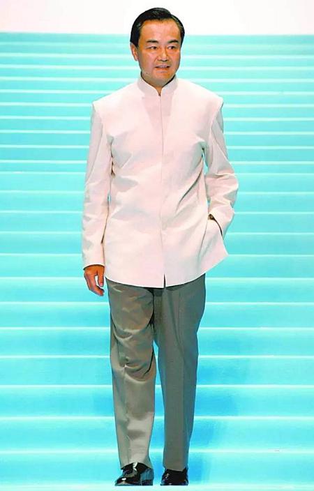 """2006年王毅在东京出席""""2006清凉亚洲""""时装发布会穿上中山装行时装秀。"""